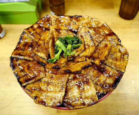 豚肉がてんこ盛りすぎて丼のふちさえ見えない特大豚丼 / 東京新橋・豚大学