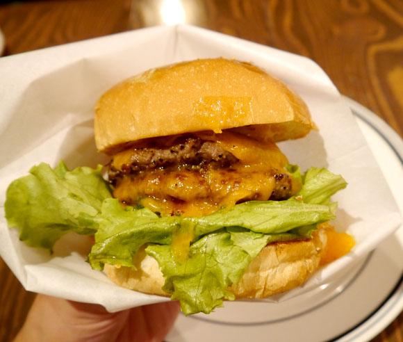 「遊べる本屋」ヴィレッジヴァンガードのハンバーガーを食べてみたッ! 肉汁にこだわったジューシービーフに納得
