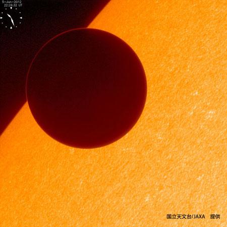 ひので衛星から見た「金星の太陽面通過」の画像がハンパない!