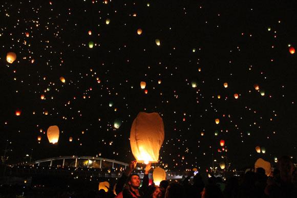 あまりの美しさに言葉を失う 『聖ヨハネ祭』で舞い上がる無数の「スカイランタン」