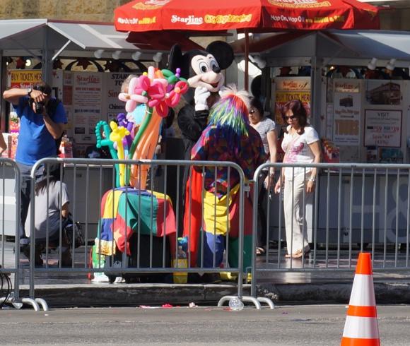 ロサンゼルスで写真撮影の対価に現金を要求してくるミッキーマウスと遭遇! そして衝撃の瞬間を激写!!