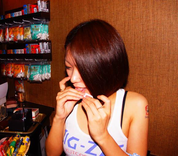 セクシーな女の子がたばこを巻いてくれる「手巻きたばこ」専門バーがオープン!
