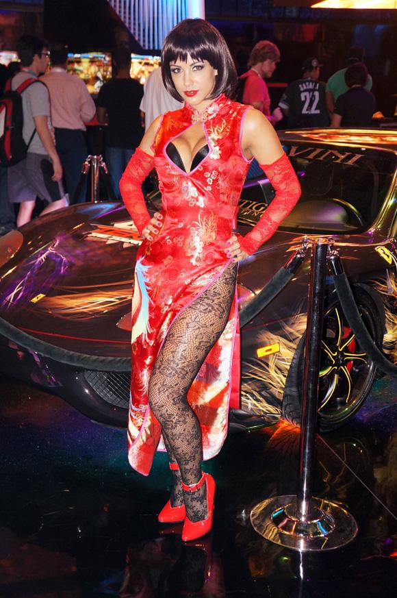 【E3現地取材】太もも激チラで胸元パックリの鉄拳アンナに鼻血ブー! セクシーすぎるE3コンパニオン大特集その2