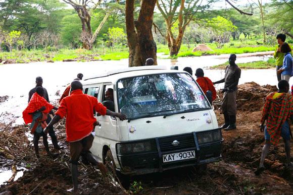 ケニアで車が泥濘(ぬかるみ)にはまって立ち往生 / 突然マサイ族があらわれて助けてくれた!