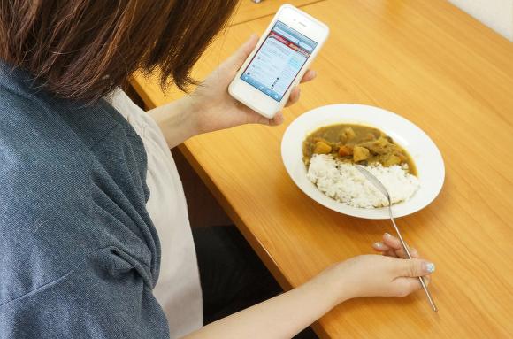 食事中のケータイってどう思う? 食事中ケータイ不使用で5%引きになるレストランが話題に
