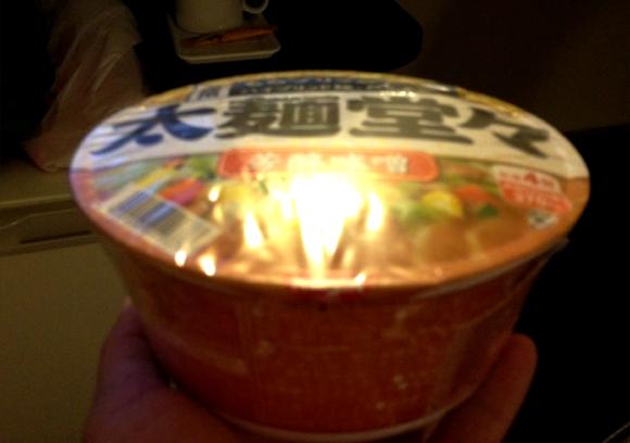 【台風15号】台風通過中の沖縄でカップ麺を買ったらパンパンに膨れていた件