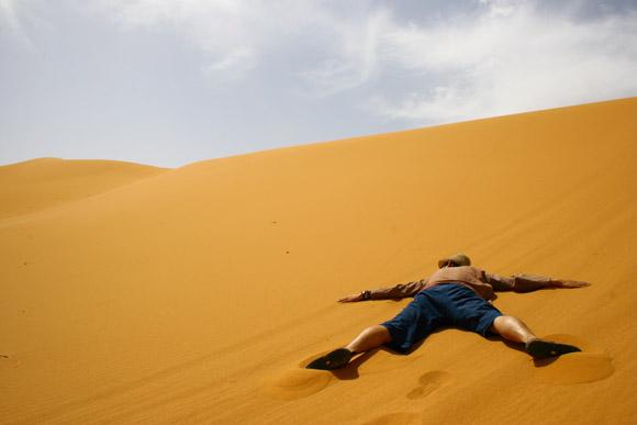 見渡す限り砂だらけ 「サハラ砂漠」に泊まってみた / 温度計の針が振り切れて笑った