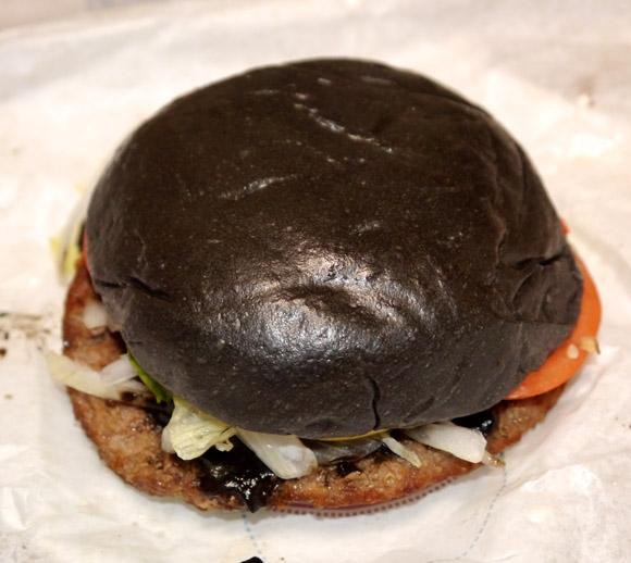 バーガーキングの非常識バーガー「黒バーガー」を食べてみた! 本当に非常識でビビッた