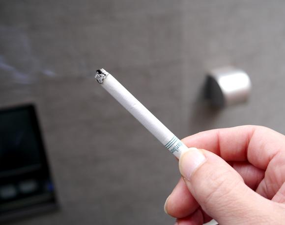 英国でひそかに流通する「闇タバコ」がヤバイ! 人糞・ネズミの糞・ハエの死骸・毒素などが含まれている可能性が浮上