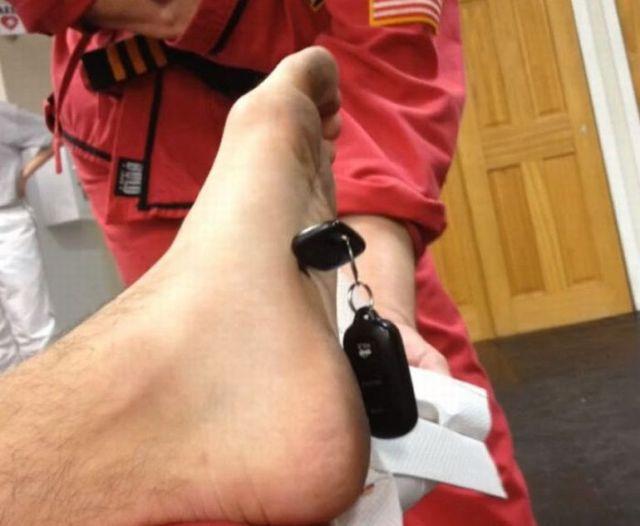 【注意喚起】格闘技の練習中に車のカギをポッケに入れておくと危険だということが分かる写真と動画