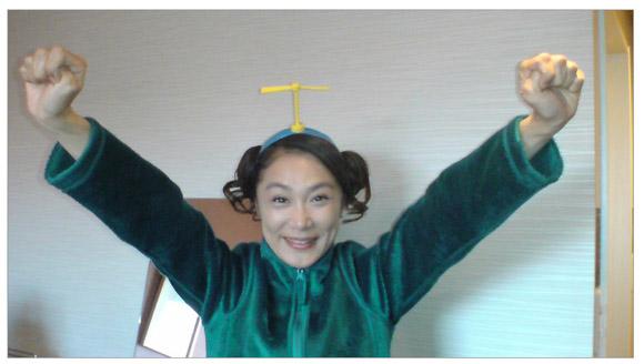 顔面ドアップ画像でお馴染みの浅野温子さんが「タケコプター」のヘアバンドに歓喜「まずは皆様に、自慢!」