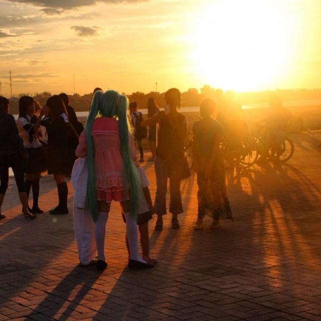 【現地取材】メコンの夕日に初音ミク! これがラオスのコスプレだ!!
