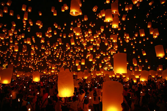 【タイ】古都チェンマイの夜空を照らす無数の天灯 / 邪気を飛ばす「イーペン祭」