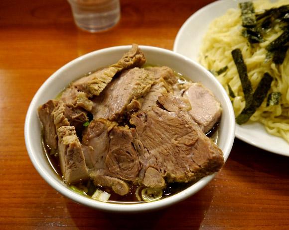 【やりすぎチャーシュー】つけ汁に麺がつけられないほどチャーシュー大盛りつけ麺 / 東京・新宿「満来」