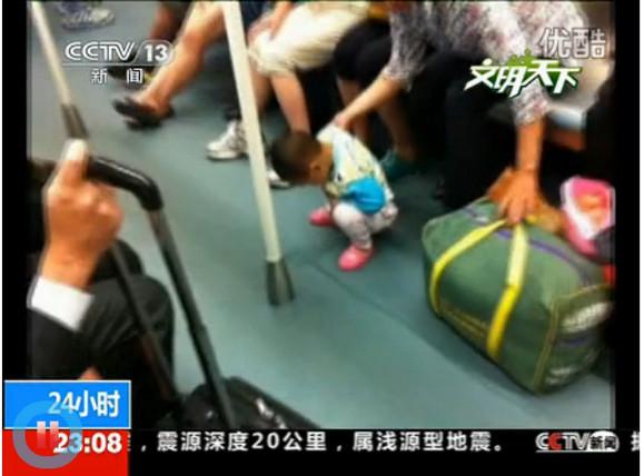 中国のニュースチャンネルが「地下鉄はゴミ箱ではありません!ゴミはゴミ箱、大便はトイレへ」と呼びかける