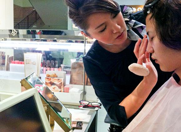 デパートの化粧品売場ですっぴん男がメイクアドバイスを受けてみた【女装コーディネーター / 立花奈央子コラム】