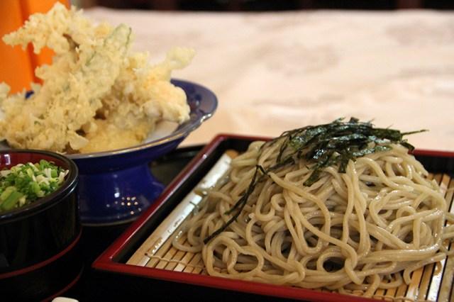 【現地取材】日本で修行したラオス人が作るラオスのソバ屋で「天ざるそば」を食べたらうどんの味がした
