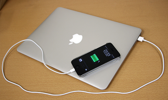 【超便利】MacBook AirはiPhoneの外部バッテリーとしても使えるぞ!