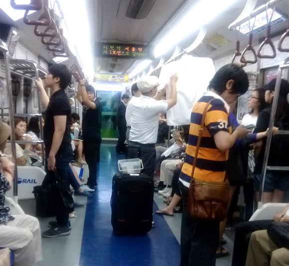 【韓国旅日記】韓国地下鉄では勝手に車内販売が行われている! しかも結構売れる
