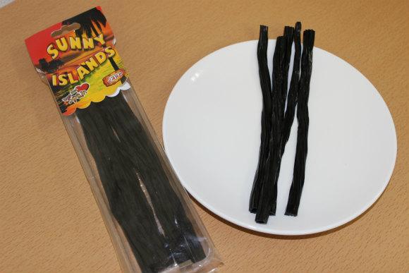 """情熱の国スペインで """"スペインからのキス"""" と書かれた黒いグミ「リコリス菓子」を買ってみた → 衝撃的な味で倒れるかと思った"""