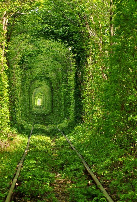【ナターシャ通信】トンネルをくぐると願い事が絶対叶うウクライナの伝説「愛のトンネル」