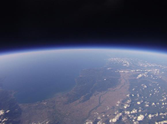 10度目のチャレンジでようやく成功! 格安機材で撮影した地球の写真が素晴らしすぎるッ!!