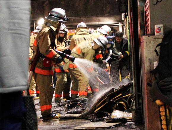 【火事取材】渋谷駅で大爆発! 出火原因は不明 / 消防隊は高架下に住むホームレスの寝床を消火