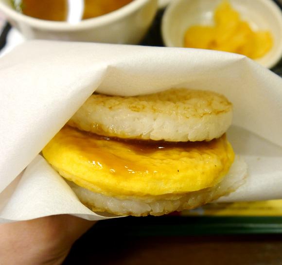 【店舗限定】たまごかけご飯をイメージしたモスの「朝ライスバーガー 朝御膳」を食べてみた!