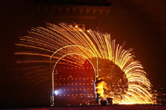 【中国】1600度の液体鉄をぶっ放す花火が危険すぎるけどめちゃキレイ