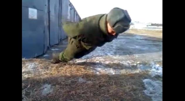 【衝撃動画】ロシア軍人の「腕を使わない腕立て伏せ」がスゴイと話題に