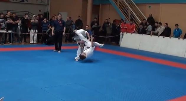 【衝撃格闘動画】ロシアの空手試合で見事すぎる「まさかのオーバーヘッドキック」がキマって一発KO!