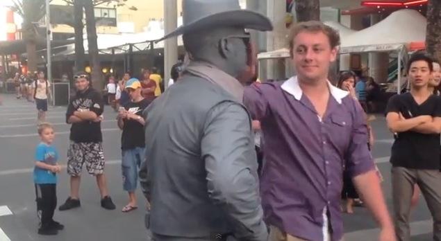 【衝撃動画】ウザい男にブチギレてワンパン喰らわせた人間銅像が話題に