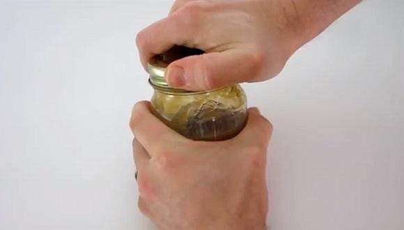 【暮らしの裏ワザ】きつ~く閉まった瓶のふたを簡単に開けちゃう方法