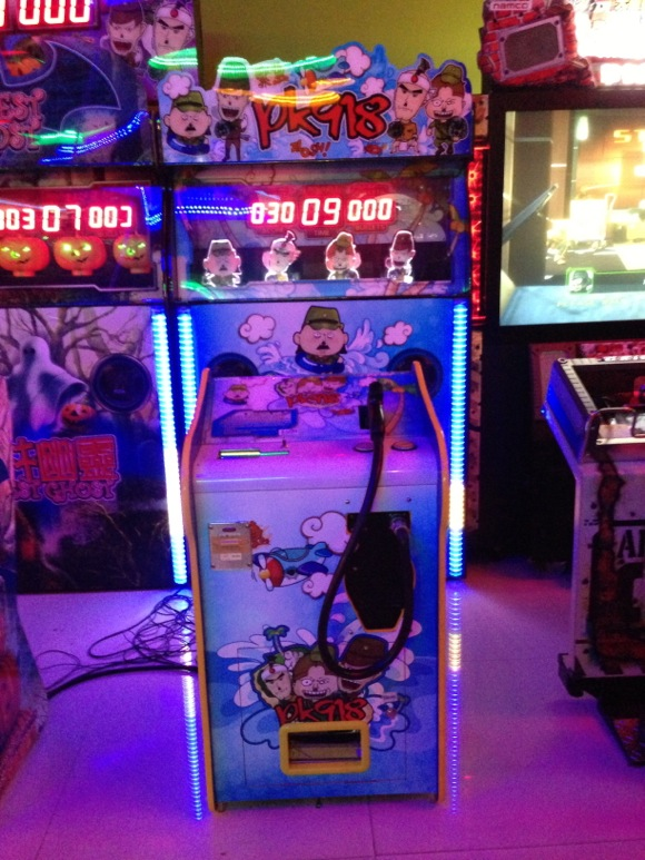【ショック】ミャンマーのゲーセンに日本人を撃ち殺すシューティングゲームがあった