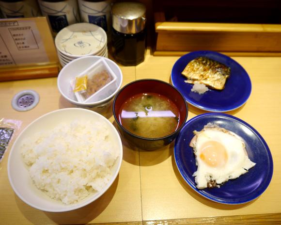 【グルメ】朝めしがグルグル回る! 回転寿司うず潮の「回転朝食」を食べてみた