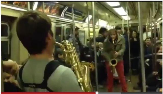 ニューヨーク電車内で起こった「即興サックスバトル」がカッコよすぎて世界が大興奮! 海外の声「これは伝説になる」