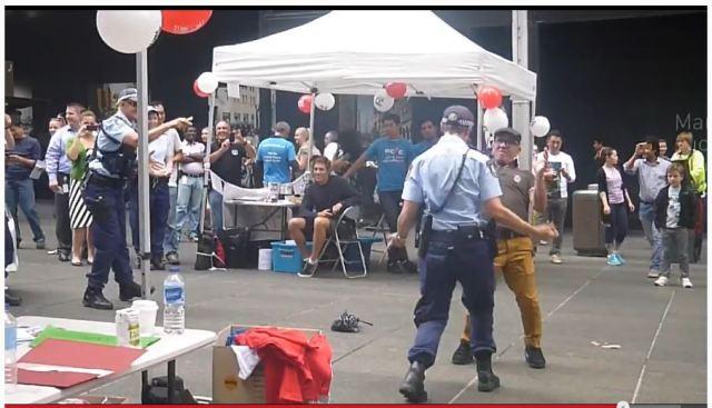 ダンシングおじいちゃんの誘いにノリノリダンスで応える女性警官が素敵すぎると話題に