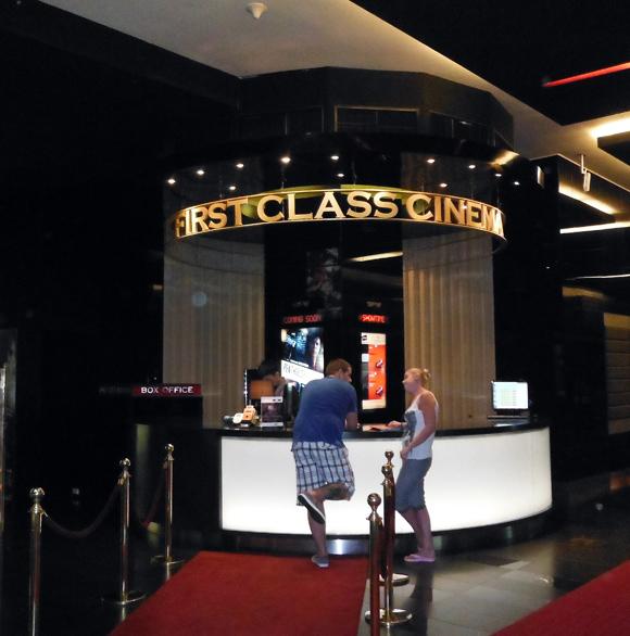 極上の環境でどっぷりと映画を観られる「ファーストクラスシネマ」がマジで素晴らしい!
