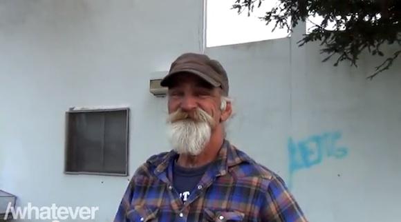【再生回数100万回超え】一瞬で笑顔になれるホームレス男性の「一発芸」がスゴいと話題