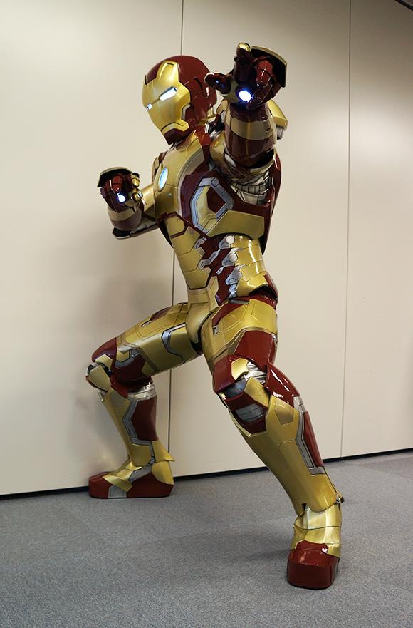 『アイアンマン』のパワード・スーツを着てみたらパワーがみなぎりまくりで「かかってこい!」って気持ちになった!