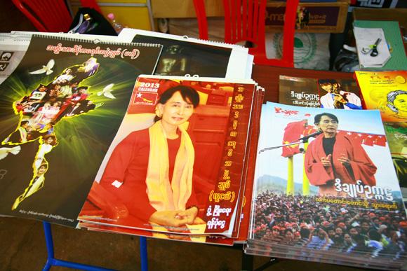 ミャンマーの新観光名所『国民民主連盟本部』はスー・チーさんグッズでいっぱい!