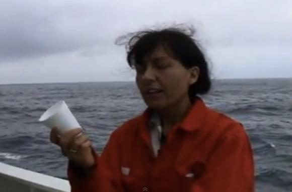 【なるほど動画】深海2300メートルにコーヒーカップを沈ませるとこうなる