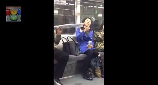 【これはひどい】地下鉄車内でビール女がタバコをスパスパ → 傘オジサンがツンツン注意 → 女ブチギレでビールぶっかけ → 車内大混乱!