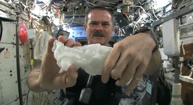 【衝撃映像】宇宙空間で濡れたタオルを絞るとスゴイことになる
