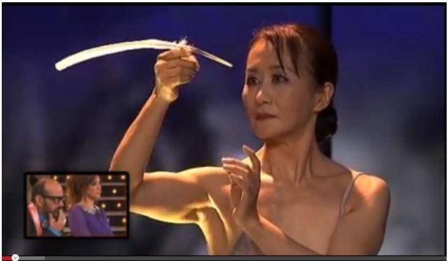"""日本人女性が見せた「バランス神技」に世界が衝撃を受ける! 「完全に言葉を失った」「これこそ """"アート"""" だ!」"""