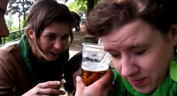 ストローを使って耳からビールを飲む女性が話題 / 海外ユーザー「マジかよ!?」