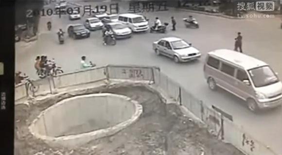 【衝撃動画】史上最強に不運なスクーター男が話題