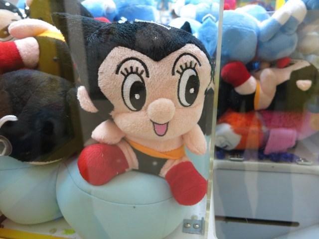 ゲームセンターのクレーンゲームに違和感! 「鼻がデカい鉄腕アトム」や「ヒゲがないマリオ」が発見される