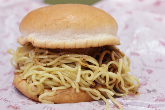 ロッテリアの『ラーメンバーガー』を食べてみた