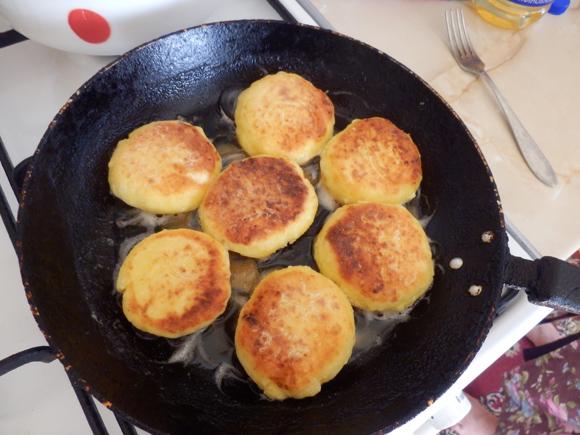 【ナターシャ通信】たった14分で激ウマです! ウクライナの伝統的なパンケーキ「Sirniki」の作り方